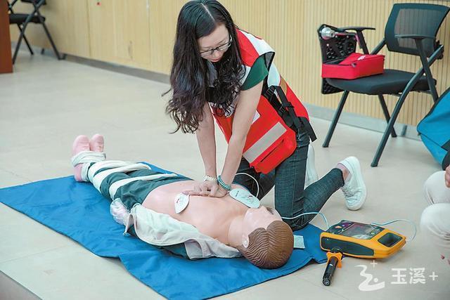 大学生参加应急救护培训